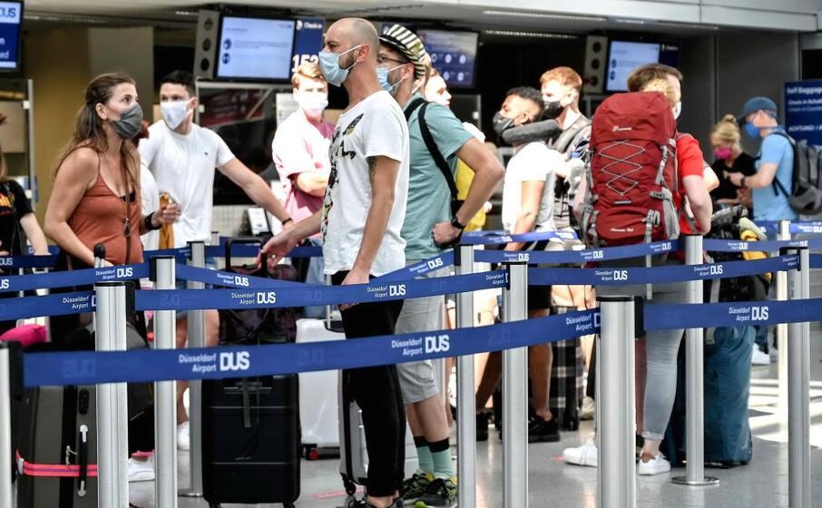 viaggiatori in aeroporto (foto ansa epa)