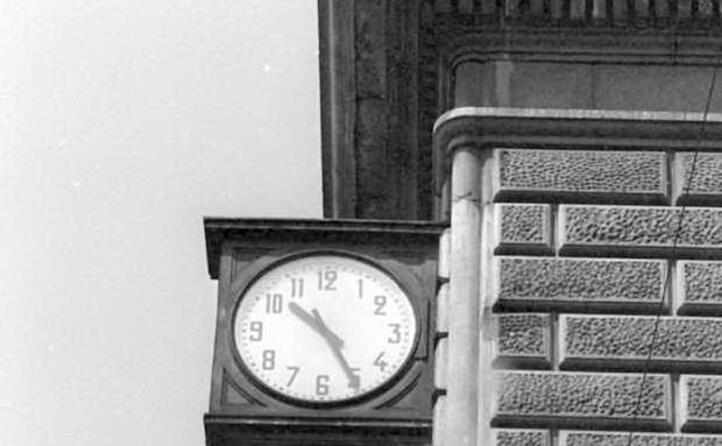 l orologio alla stazione fermo alle 10 25 (tutte le foto sono archivio l unione sarda)