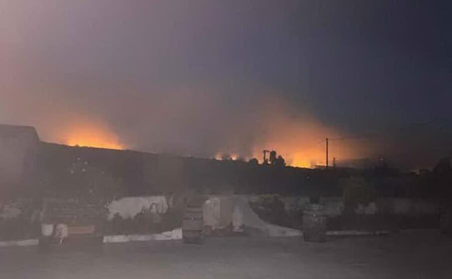 le fiamme nella notte (foto concessa dall amministrazione)