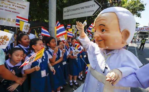 Grandi festeggiamenti nelle strade per l'arrivo del Papa (Ansa)