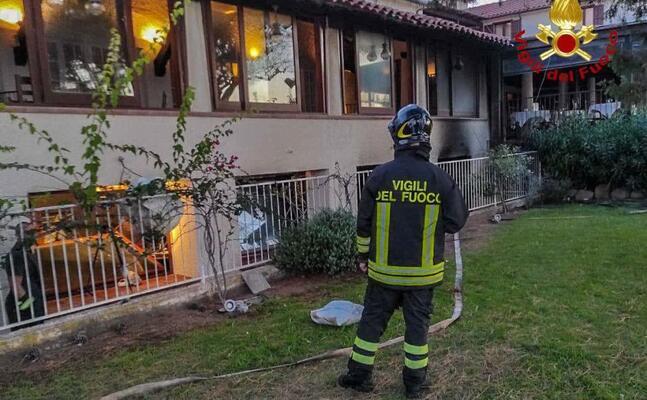 l hotel in fiamme (foto vigili del fuoco di cagliari)