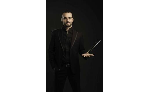Leonardo Sini con la bacchetta da direttore d'orchestra (foto Laila Pozzo, concessa)