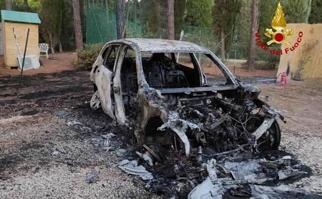 un auto distrutta dalle fiamme (foto vvf)