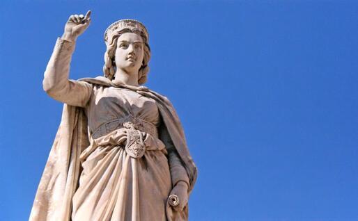 Una statua di Eleonora D'Arborea