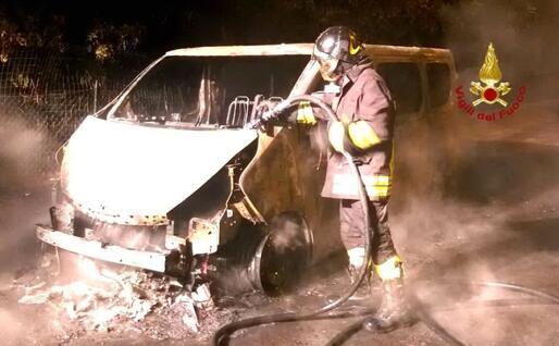 Il furgone incendiato (foto Vigili del fuoco)