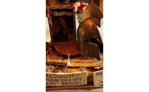 La torta del compleanno (foto da Instagram Cameron Douglas)