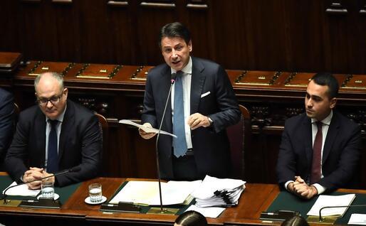 Accanto al premier i ministri Gualtieri e Di Maio (Ansa-Di Meo)