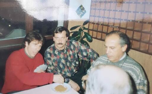 Giovanni Muroni a destra con un giovane Gianfranco Zola (Foto concessa)