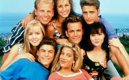 Green, in basso a sinistra, con gli altri attori del cast di Beverly Hills 90210 (foto da frame video)