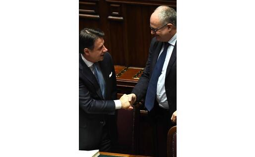 La stretta di mano tra premier e titolare del Mef (Ansa-Di Meo)