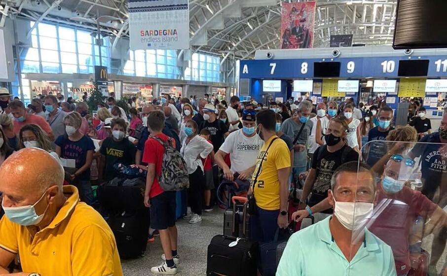 grande folla all aeroporto di elmas (foto di un lettore)