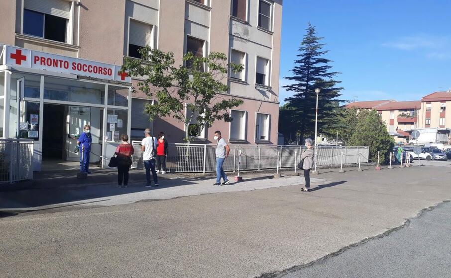 operatori in attesa del tamponi al pronto soccorso di isili (foto gioia)