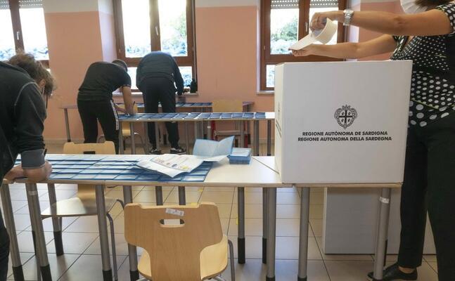 un seggio (archivio l unione sarda)