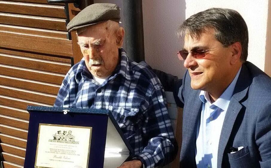 roberto pili con un anziano (foto archivio l unione sarda)