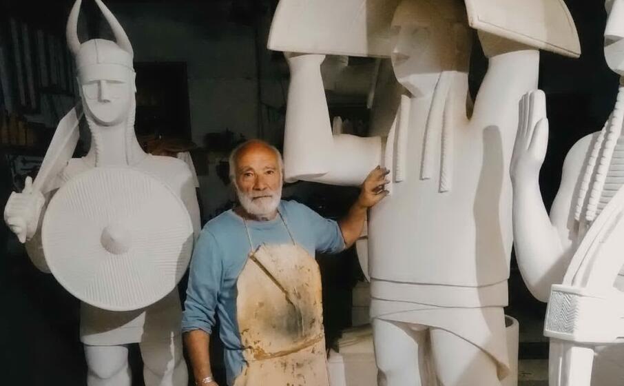 l artista carmine piras fra le sue opere (foto nachira)