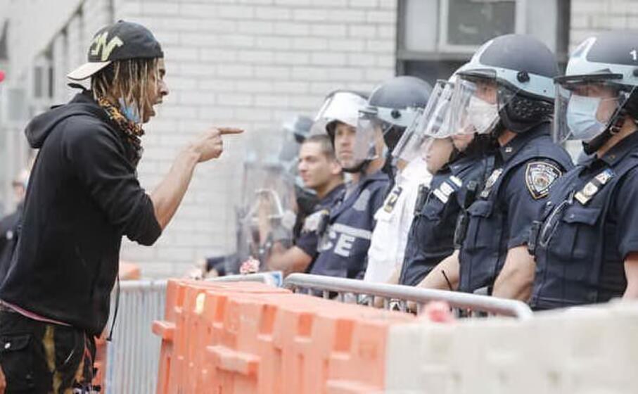 il 25 maggio a minneapolis il 59enne afroamericano george floyd muore durante un fermo di polizia uno degli agenti lo immobilizza soffocandolo con un ginocchio esplode in tutti gli usa la protesta del movimento black lives matter
