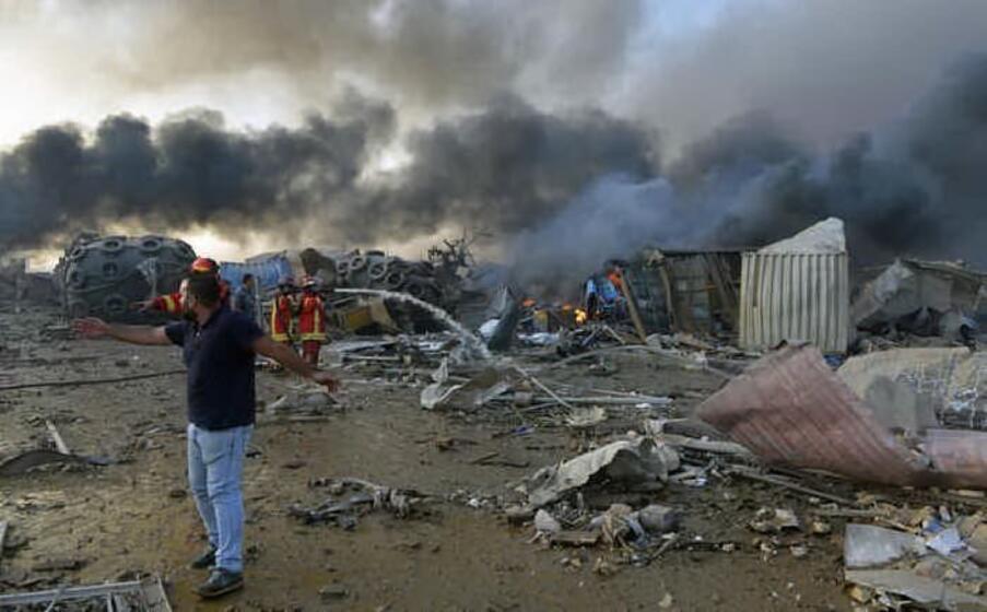 il 4 agosto due violente esplosioni devastano la zona del porto di beirut in libano a deflagrare causando vittime e feriti un deposito di nitrato d ammonio