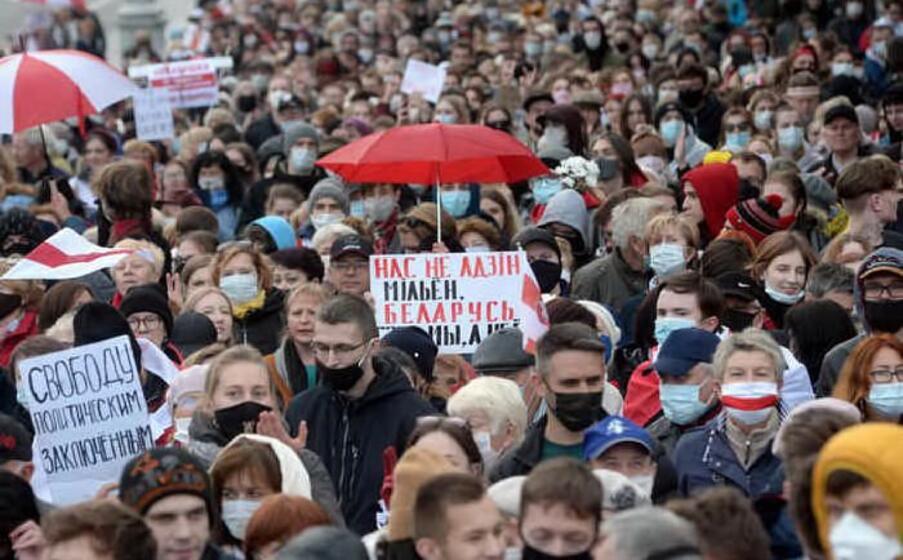 il 9 agosto alexander lukashenko viene rieletto presidente della bielorussia per la sesta volta l opposizione grida ai brogli e decine di migliaia di persone scendono in piazza per settimane per chiederne le dimissioni e sollecitare maggiori diritti