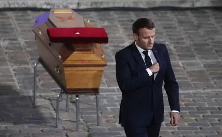 in ottobre la francia torna a fare i conti con la violenza islamista samuel paty insegnante di liceo viene decapitato per aver mostrato ai suoi studenti le vignette satiriche di charlie hebdo su maometto