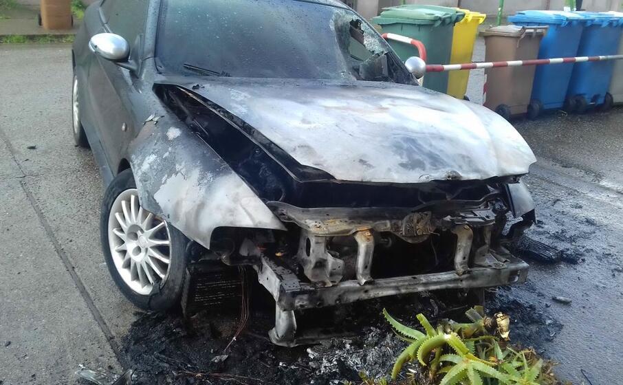 l auto bruciata (foto l unione sarda scano)