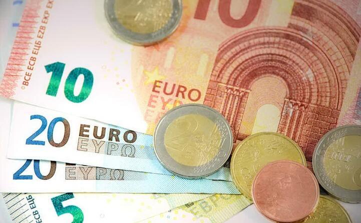 inizialmente aderirono alla moneta unica 11 paesi tra cui l italia