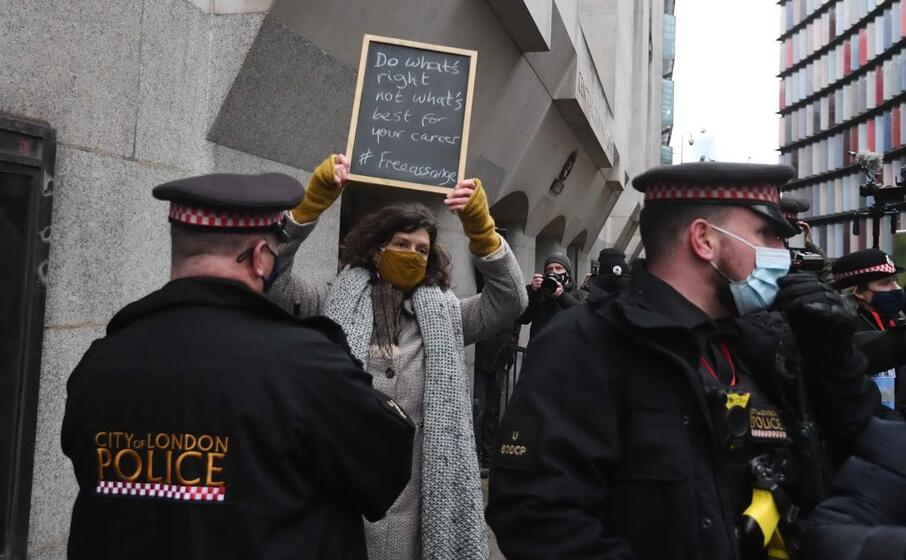 numerosi gli agenti di polizia presenti fuori dalla corte