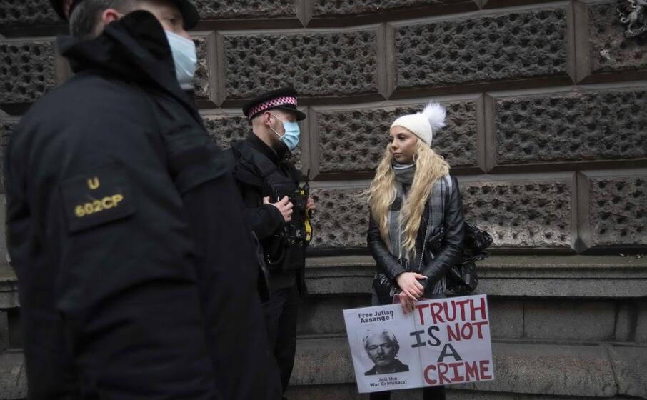 una ragazza protesta pacificamente