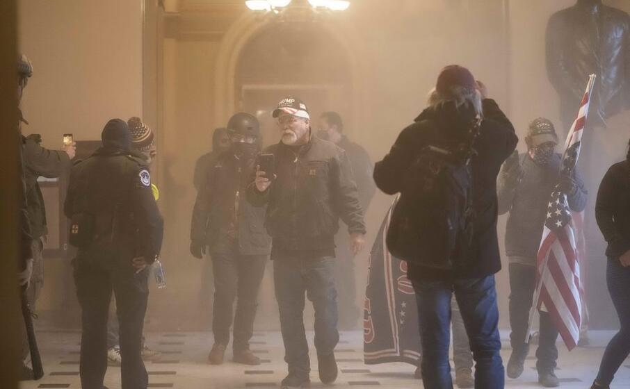 la polizia ha usato lacrimogeni