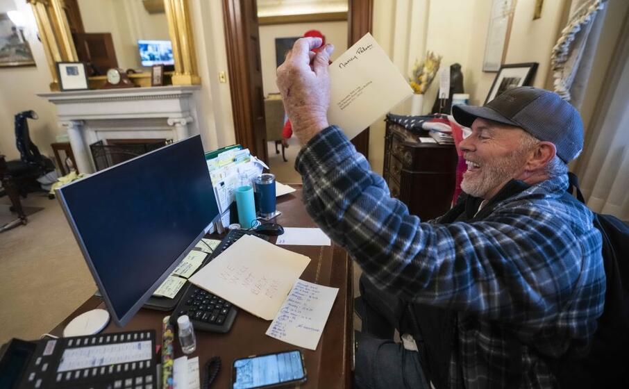 un sostenitore di trump alla scrivania della speaker della camera nancy pelosi