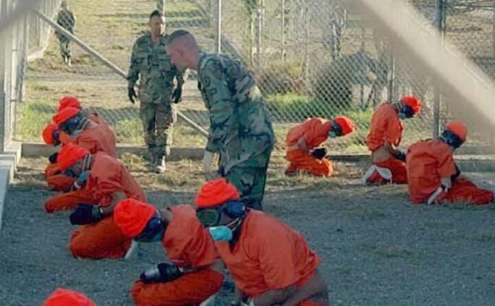 detenuti con le classiche tute arancioni