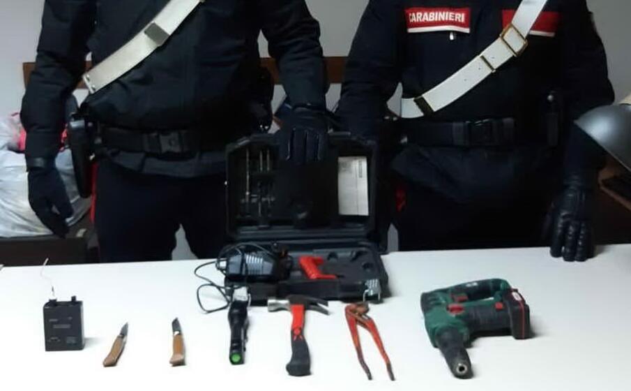 gli attrezzi sequestrati (foto carabinieri)