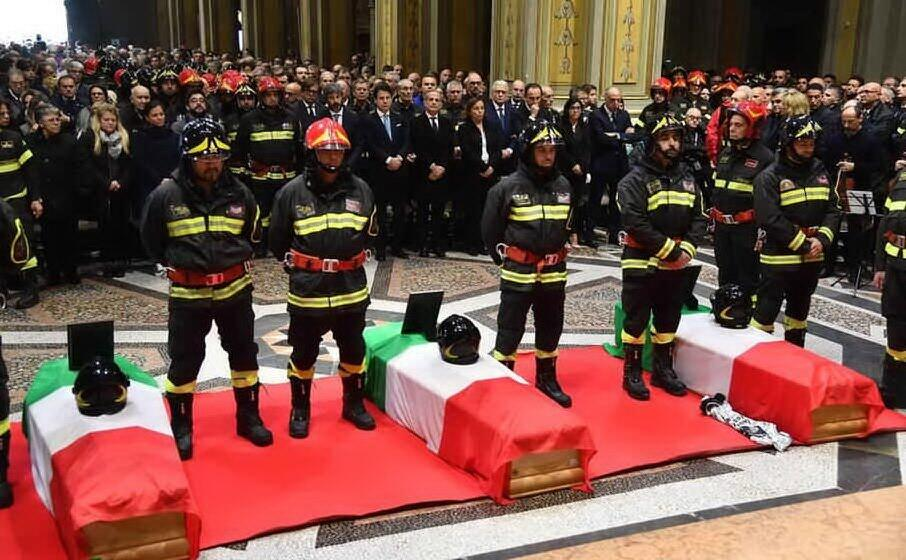 il funerale dei tre vigili del fuoco (archivio l unione sarda)