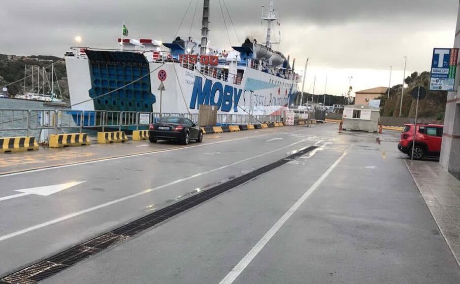 il traghetto della moby fermo in porto a santa teresa (foto busia)