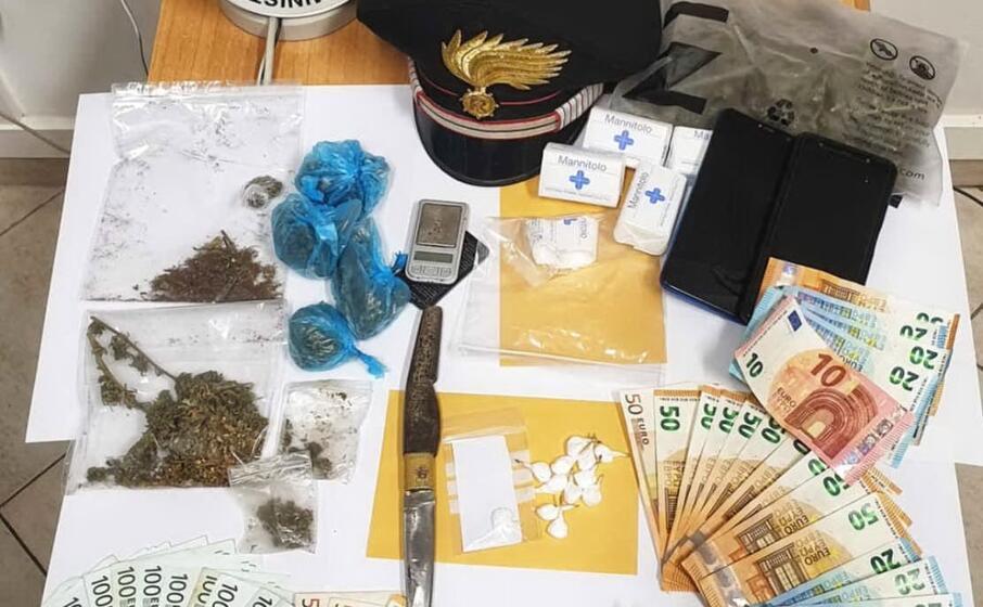 la droga e i soldi sequestrati (foto a serreli)