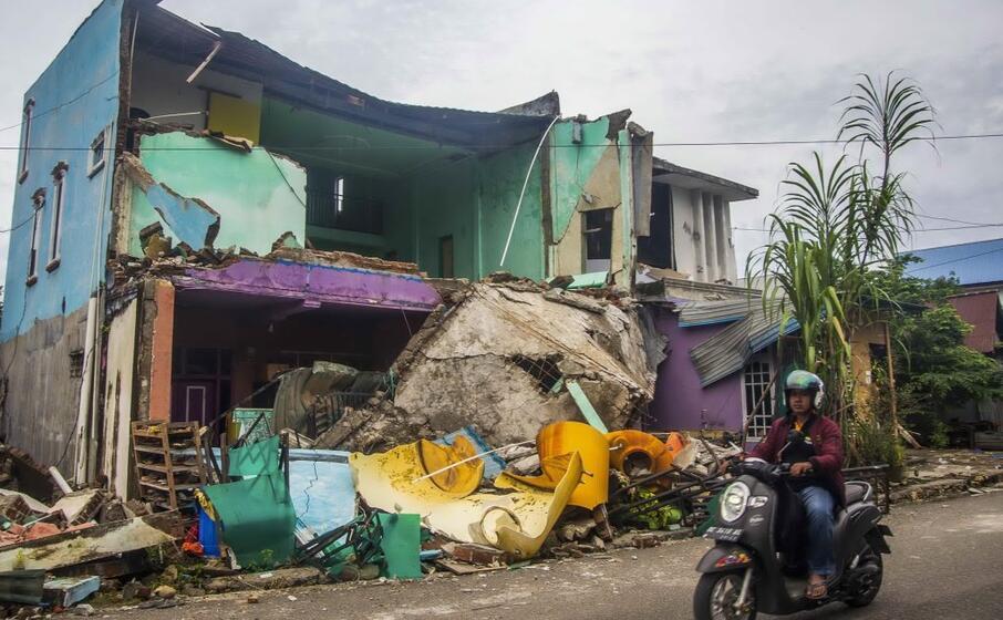 un edificio crollato per il terremoto (ansa)