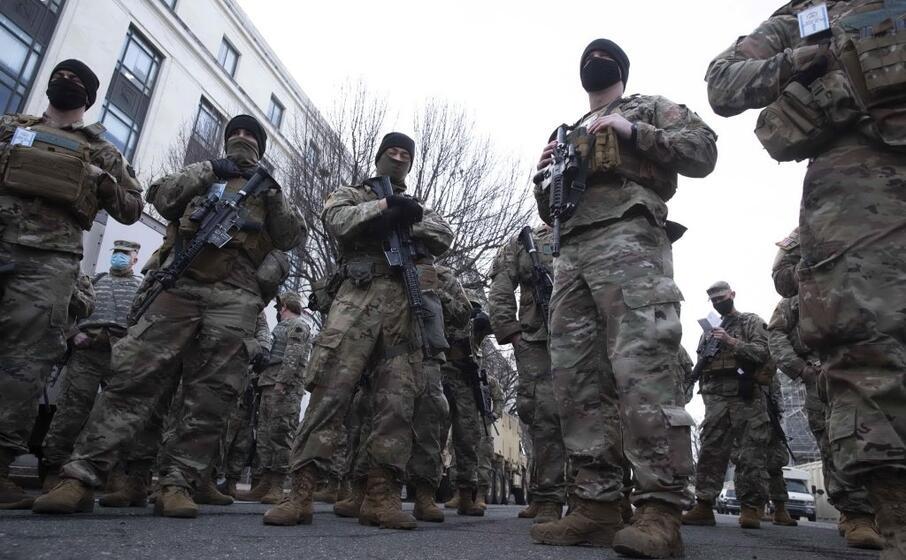 le forze di sicurezza in campo a washington (ansa)