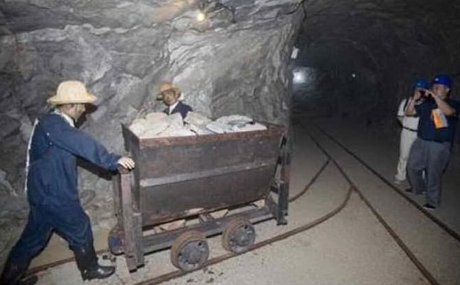 minatori in cina (foto ansa epa)