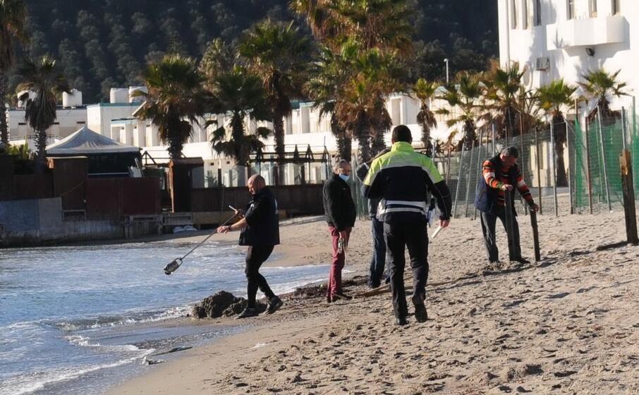 vigili al poetto fanno rimuovere i pali (foto piras)