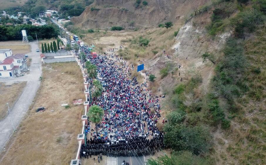 la polizia sbarra la strada alla carovana di migranti in guatemala (ansa)