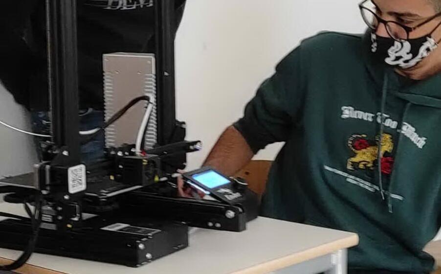gli studenti al lavoro con la stampante 3d (foto nachira)