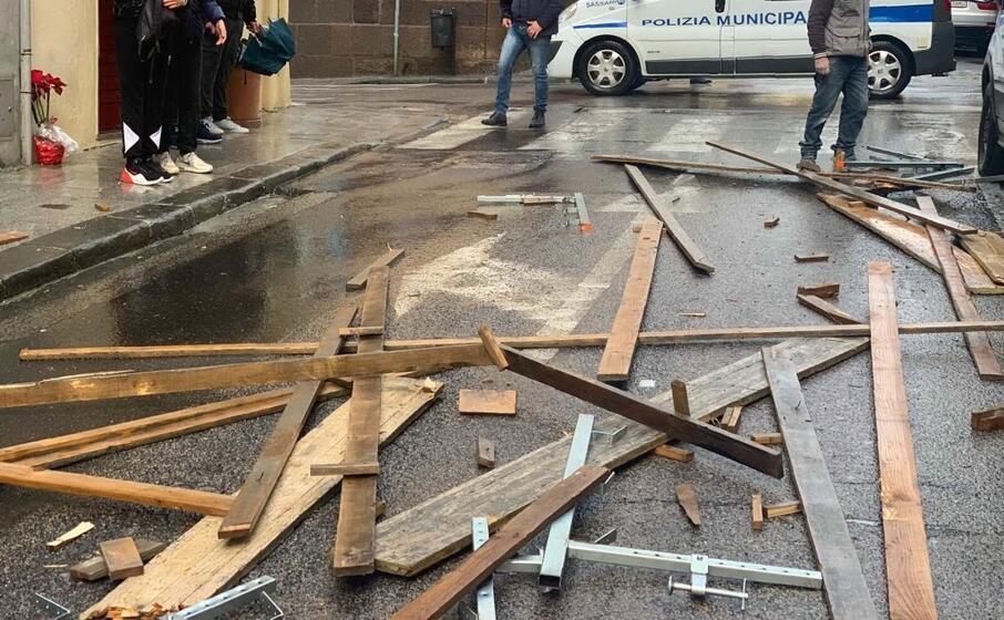 le travi di legno cadute in strada (foto tellini)