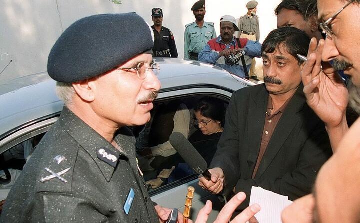 i giornalisti intorno a un ispettore generale fuori dalla casa di daniel durante le indagini