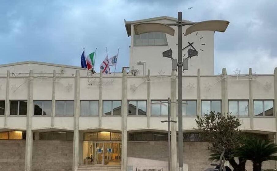 il municipio di porto torres (foto l unione sarda pala)