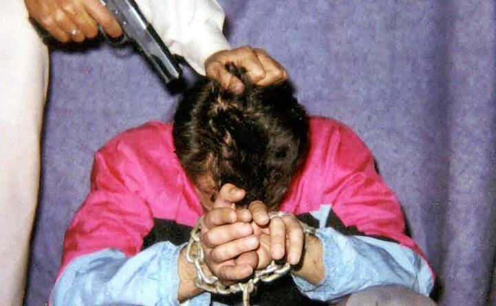 un immagine del reporter incatenato diffusa dai sequestratori