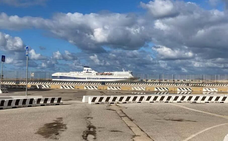 una nave tirrenia a porto torres (l unione sarda pala)