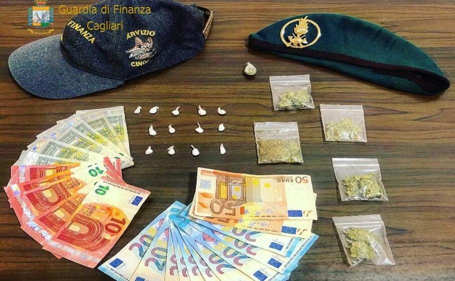 il materiale sequestrato (foto guardia di finanza)