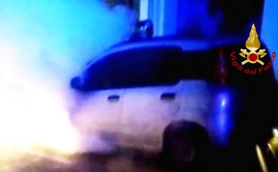 l auto incendiata (foto vigili del fuoco)
