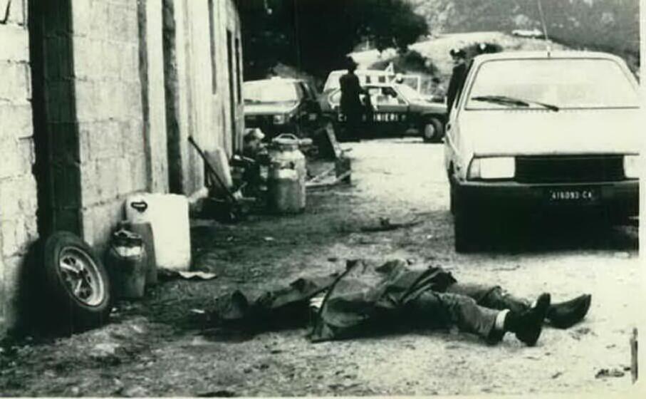 i carabinieri nell ovile in cui si consum la strage (archivio l unione sarda)