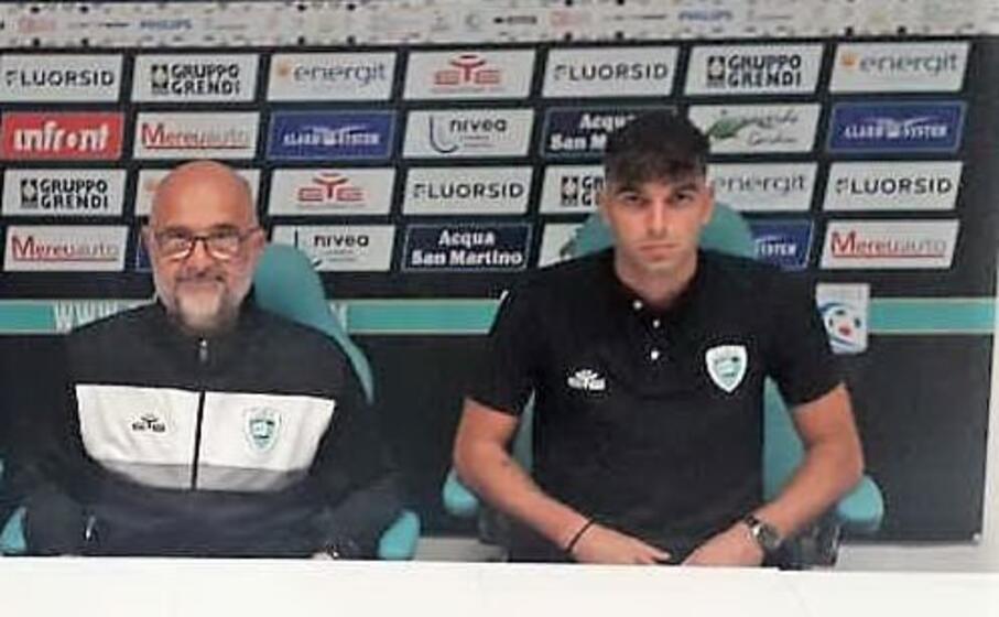 mattia d agostino con max canzi durante la conferenza stampa di presentazione (foto olbia calcio)