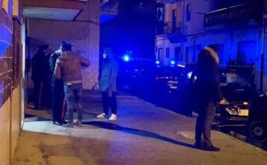 i carabinieri sul luogo del delitto (ansa)